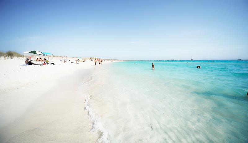 Direkt am Es Trenc Strand gibt es keinen Beachclub, aber die Bar Esperanza liegt in unmittelbarer Nähe und schafft Karibikfeeling im Mittelmeer.