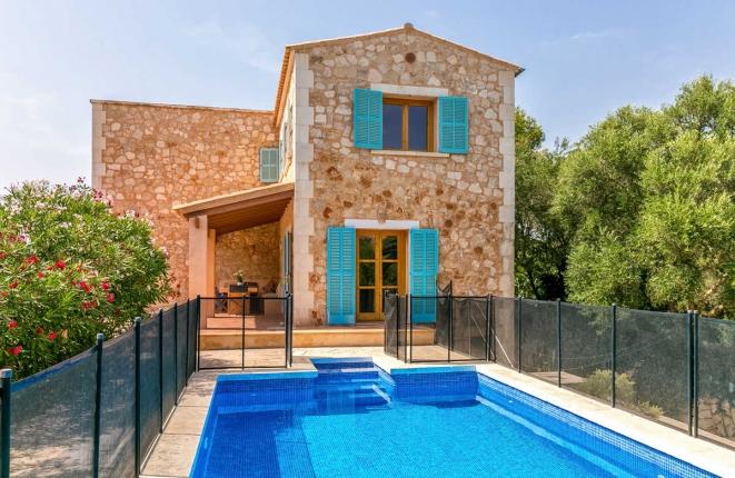 villa-emanuel-mit-pool-in-santanyi-1 Krank unter Palmen? Kein Grund zur Sorge!